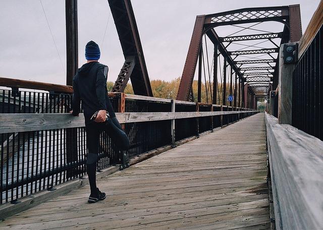 běžec na mostě