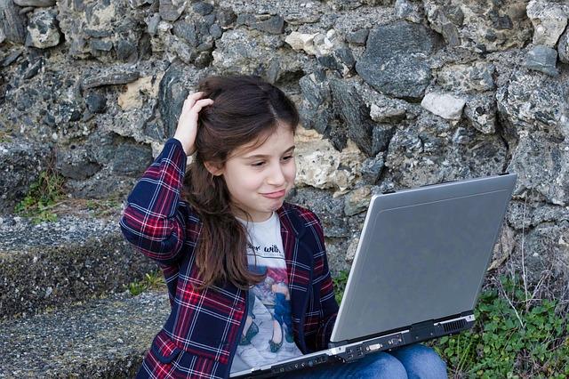 malá holčička s počítačem