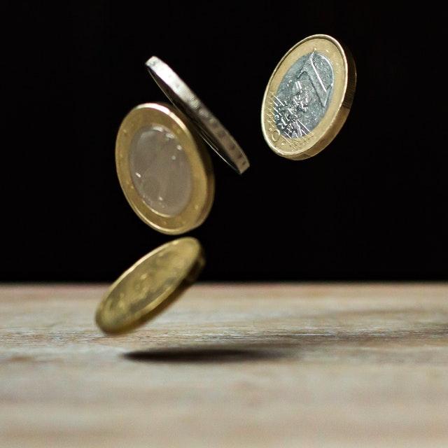 čtyři padající mince.jpg