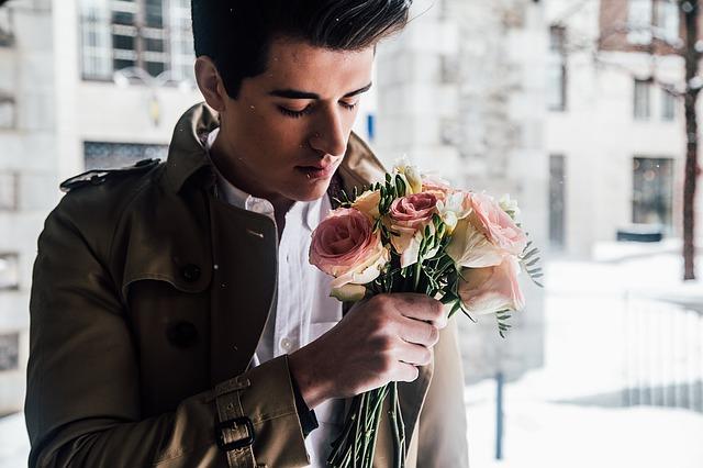 Muž s růži v ruce.jpg