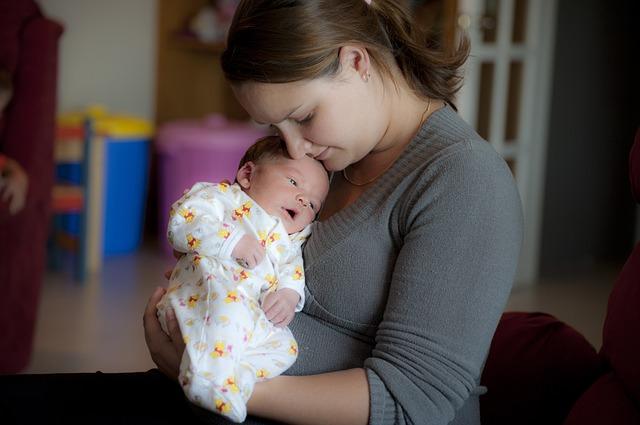 matka pečuje o malé dítě