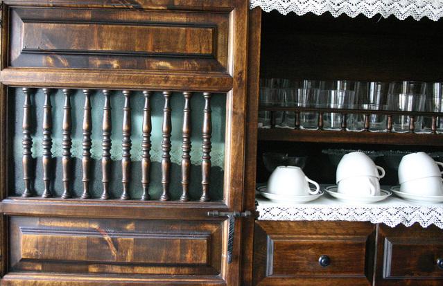 spousta starého nábytku a doplňků